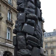 """""""Consigne à vie"""" de ARMAN, 1985, valises en bronze, Cour de Rome, Gare Saint Lazare"""