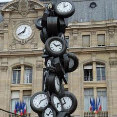 Arman, L'heure pour Tous, accumulation, gare Saint-Lazard, Paris, 1989.