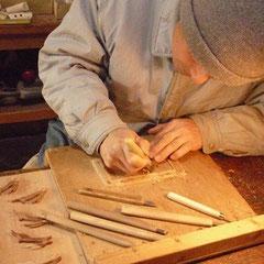 一つ一つ彫刻刀や小刀で手彫りしています。