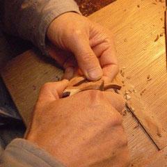 一つ一つ彫刻刀で手彫りしています。