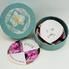 Onde, 2015, 5 collagraphies sur papier St-Armand, boîte ronde 15,5 X 5,5 cm rehaussée d'une orchidée, texte et boîte par Nicole Doré Brunet