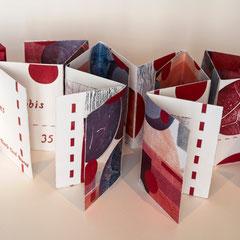 Rubis, 2015 livre objet, bois gravé, relief, pliage et couture sur papier Somerset. Portfolio 15,3 X 10,8 X 3,5 cm avec papier du Népal et mousse par Nicole Doré Brunet