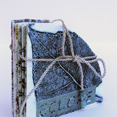 Éclore, 2017 livre objet,bois gravé et collagraphie, couverture rehaussée de 2 estampes, 10.5 X 10.5 X 2.5 cm