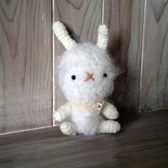 編みぐるみ ホワイトミニ兎 横6cm 縦11cm 重さ15g