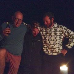 Cameron, Kirk & John tanzen auf Bänken