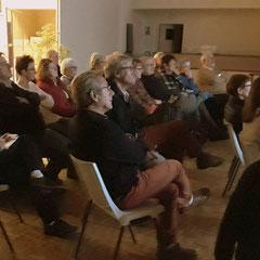 Le public attentif aux paroles du conférencier