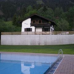 Holzzaun auf Mauer