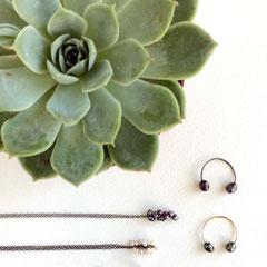 Flexible Ringe und Ketten aus oxidiertem Sterling-Silber mit schwarzen und weißen Süßwasser-Perlen