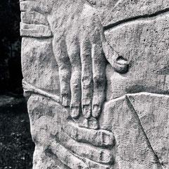 Gesamtansichten und Details des Grabsteines, nach seiner Aufstellung auf dem Friedhof in Kleinhelfendorf
