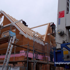 Ein Holzhaus wird in einem Tag aufgestellt