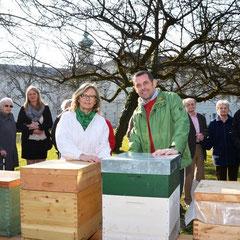 """Bewohner des SWH Nonntal mit """"ihren"""" Bienenstöcken – und mit Imkerin Verena Greimel sowie Hausleiter Christian Kagerer (Hausmitte)"""