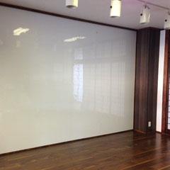 壁一面のホワイトボードを使ってアイデア会議はいかがですか???