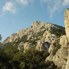 Monte Albo gebergte, ergens langs deze klif lag de grot die we bezochten.