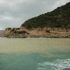 De zee kleurde bruin van het weggespoelde sediment.