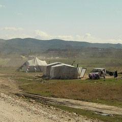 Tentenkampen langs de weg.