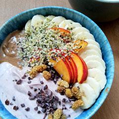 Porrdige mit Joghurt, Banane, Nektarien, Hanfsamen, Haselnussmus und Kakaonibs