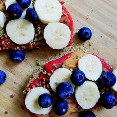 Haferkleie Brot mit Chiamarmelade, Erdnussmus, Banane und Blaubeeren