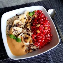 Porridge mit Granatapfel, Banane und Erdnusmuss