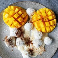 Kokosknödel mit Mango und Erdnuss