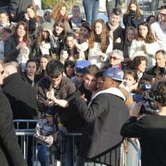Black M,  entouré de ses fans, devant le bateau NRJ à Cannes © Anik COUBLE