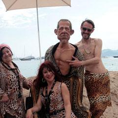 Esmeralda et Pascaline, les femmes panthères avec Laurent, et la marionnette de PPDA - Festival de Cannes 2012  © Anik COUBLE