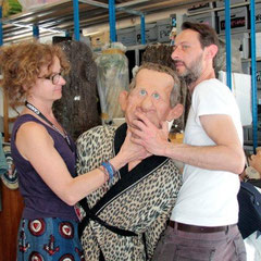 Laurent, préparant la marionnette de PPDA  - Festival de Cannes 2012  © Anik COUBLE