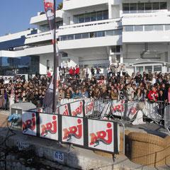 La foule atour du bateau NRJ à Cannes © Anik COUBLE