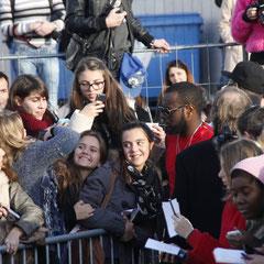 Maître Gims,entouré de ses fans, devant le bateau NRJ à Cannes © Anik COUBLE