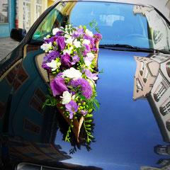 Freesien, Allium und Iris werden mit Jasminranken umspielt