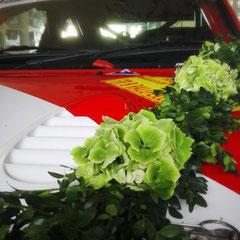 Auch ein Ralleyauto kann man zur Hochzeit schick machen.