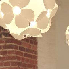 Dwie lampy Lill na tle ceglanej ściany