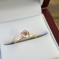 Ring aus 750 Roségold mit 0,7 Karat Morganit in peach blush 769€
