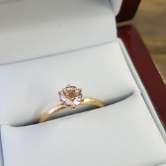 Ring aus 750 Roségold mit 0,7 Karat Morganit in peach blush 769€