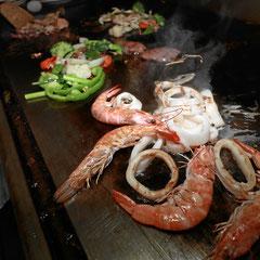 Shrimps Garnelen Gemüse auf der heissen Metallplatte