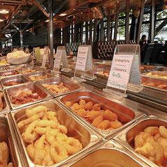 Gebratene asiatische Spezialitäten im Buffet