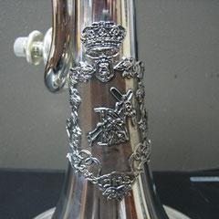 Imagen del escudo de plata montado en la corneta