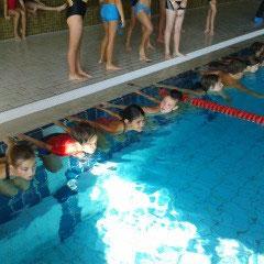 ...stürzen sich die anderen mit ihrer Sportlehrerin ins wasser und holen beim Swim and Run -Wettbewerb des Triathlon-Vereins schöne Preise!on