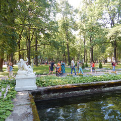 Gartenarchitektur in Peterhof.