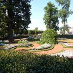 Ausflug nach Peterhof - interessante Gartenarchitektur.