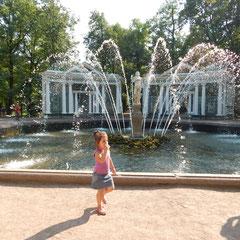 Fantaine mit einem kleinen Mädchen in Peterhof.