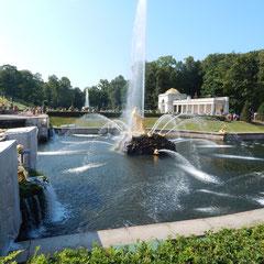 Wasserspiele im Peterhofer Park bei einem Landausflug