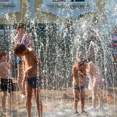 Erfrischung für die Kinder in Peterhof.