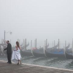 Hochzeitsfoto im Nebel