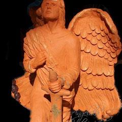 Engel mit Schwert aus Ton Skulptur