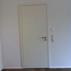 Flächenbündige Türe mit nicht sichtbaren Türbändern