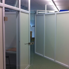 Kunststoff - Systemwände mit Glastür aus Eigenproduktion