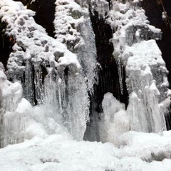 Fallender Bach im Winter