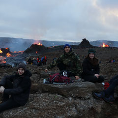 Lorenz auf Erkundungstour mit seinem Mentor Ivan nahe dem ausgebrochenen Vulkan Fagradalsfjall (Foto: Ivan Sovic)