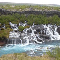 Die Hraunfossar-Wasserfälle im Westen Islands