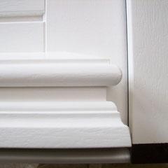 Detail: Fligran profilierter Wasserschenkel an einer Haustür.